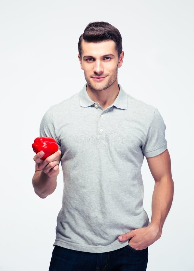 Jeune homme beau tenant le poivron rouge photographie stock libre de droits