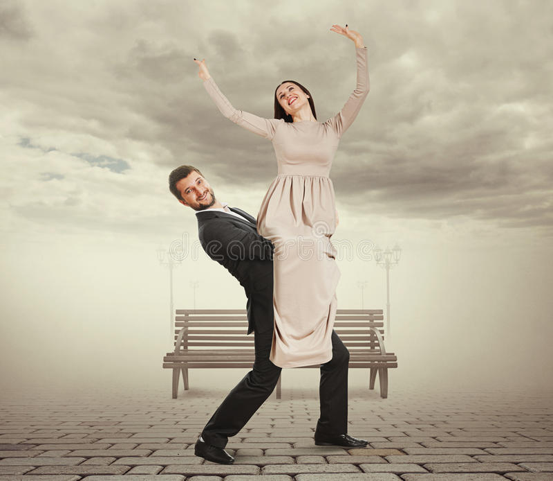 Jeune homme beau tenant sa femme photographie stock