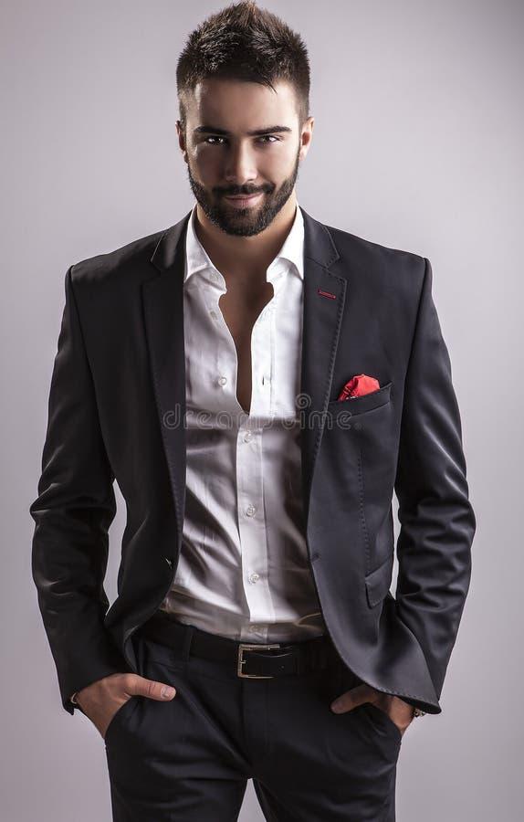 Jeune homme bel élégant. Portrait de mode de studio. photos stock