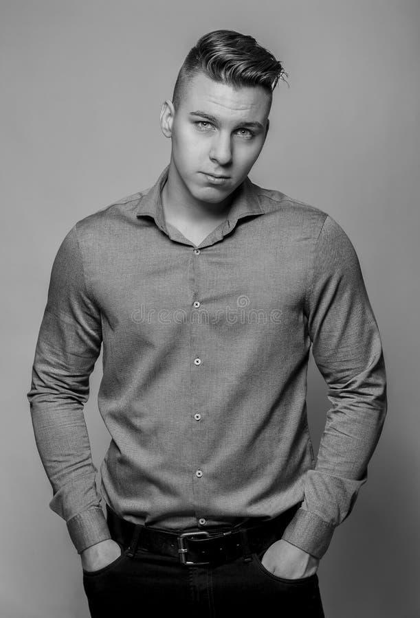 Jeune homme bel élégant Portrait de mode de studio photographie stock libre de droits
