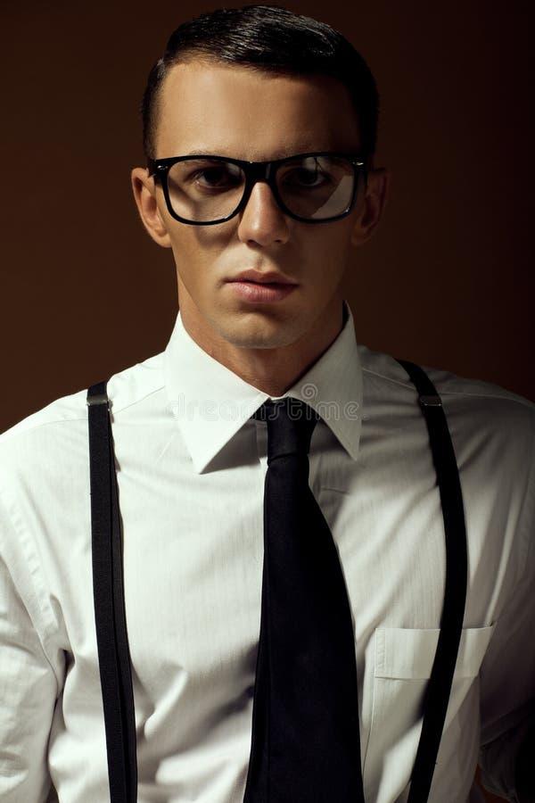 Jeune homme bel élégant Portrait de mode de studio images stock