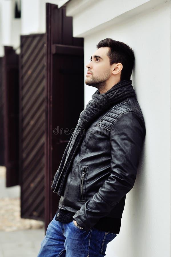 Jeune homme bel élégant Verticale extérieure de mode photographie stock