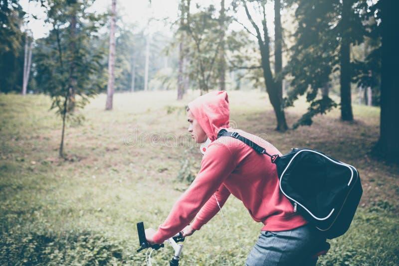 Jeune homme bel actif en parc photo libre de droits