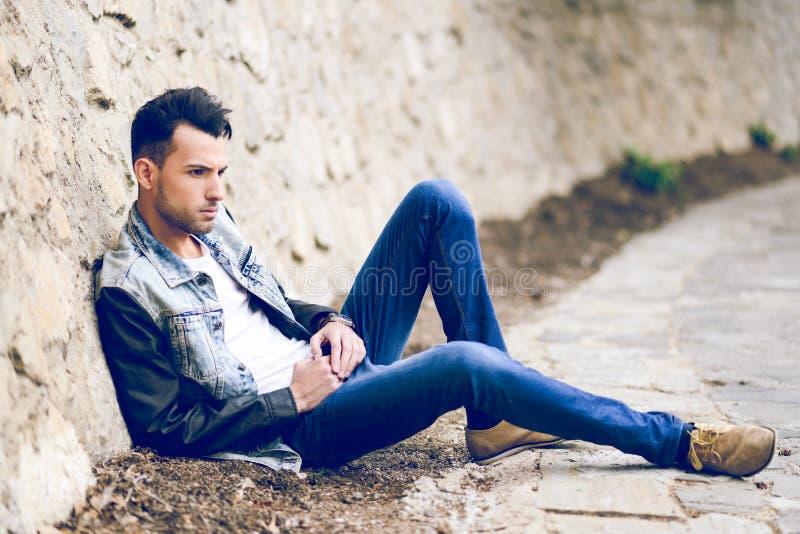 Jeune homme bel attirant, modèle de mode dans le backgro urbain photo stock