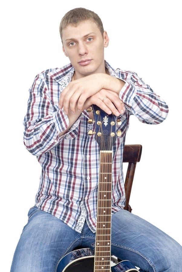 Jeune homme bel avec la guitare photos libres de droits