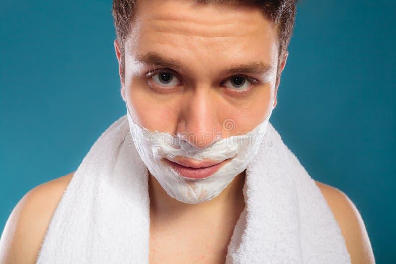 Jeune homme bel avec la mousse de crème à raser photo libre de droits