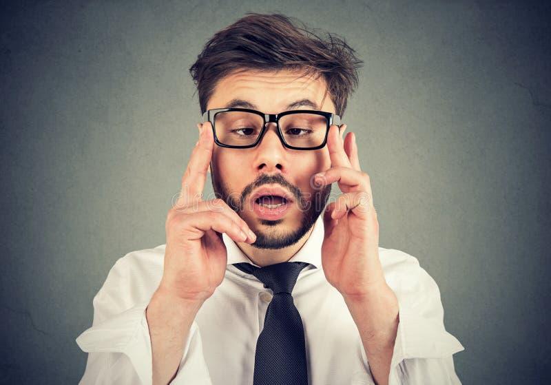 Jeune homme bel avec le strabismus images stock