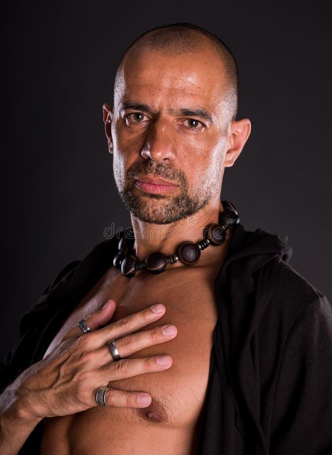 Jeune homme bel chauve dans la veste noire photo libre de droits