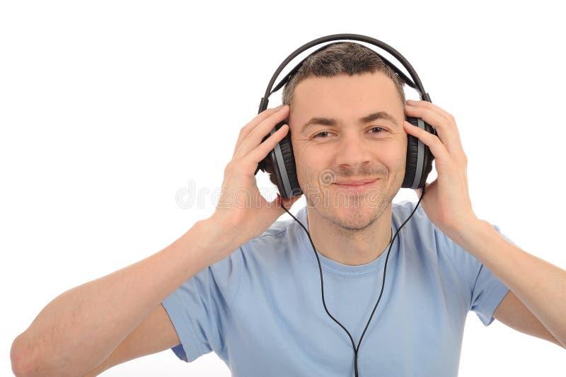 Jeune homme bel dans des écouteurs image libre de droits