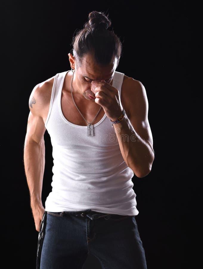 Jeune homme bel dans le T-shirt et des jeans blancs photo stock