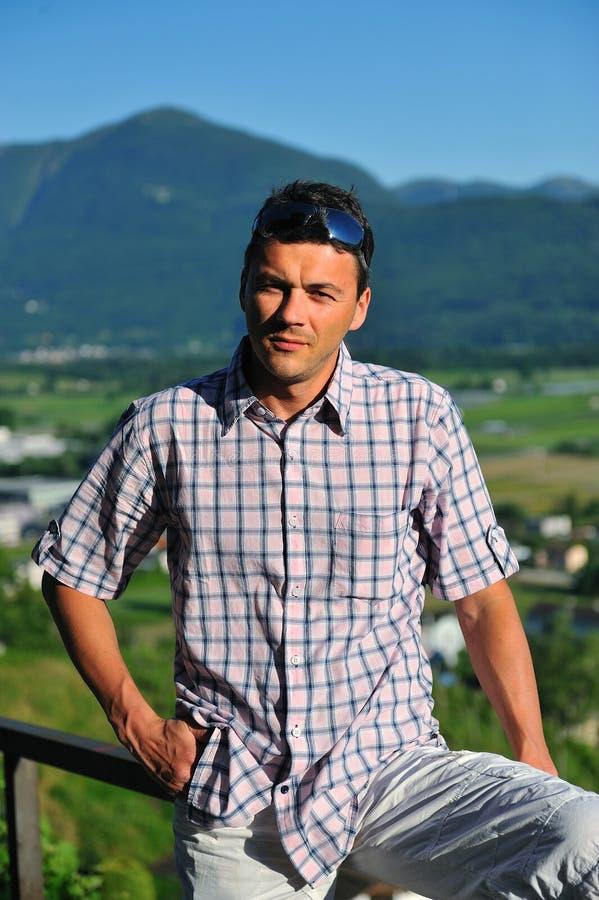 Jeune homme bel dans les montagnes photographie stock libre de droits