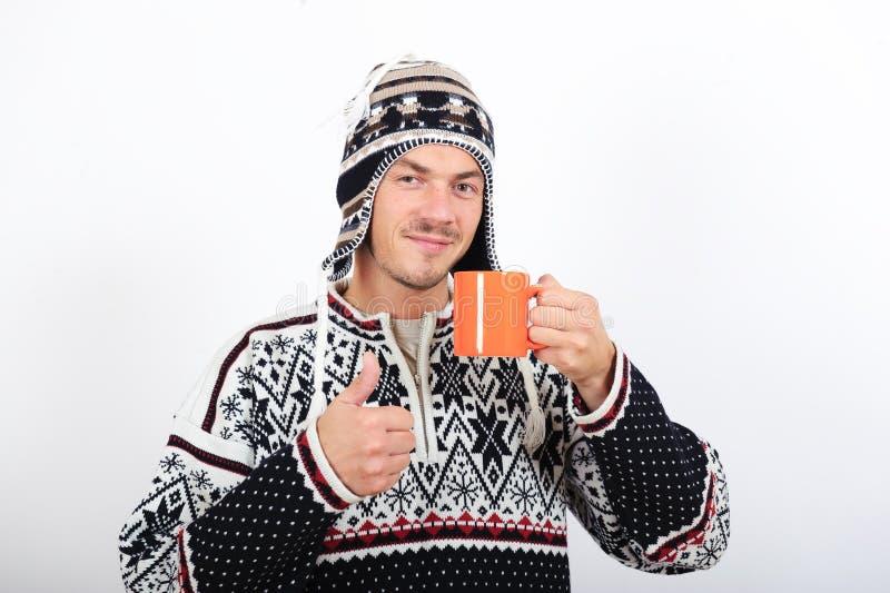 Jeune homme bel de l'hiver avec la cuvette de café photo stock