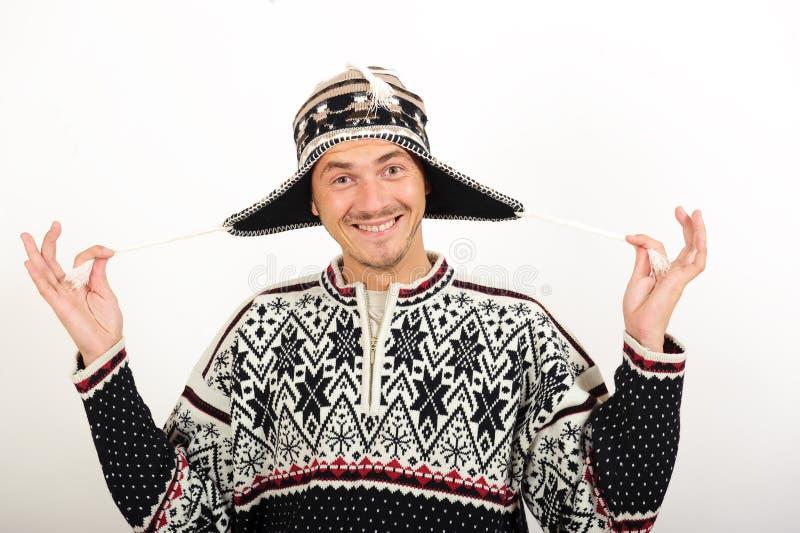 Jeune homme bel drôle dans des vêtements de l'hiver photographie stock libre de droits