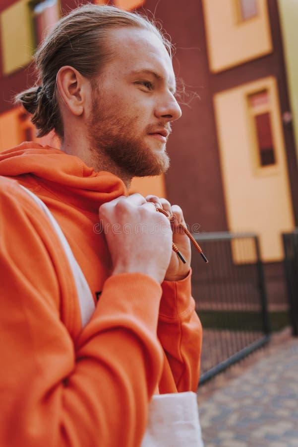 Jeune homme bel en ouatine rouge sur la promenade photos libres de droits