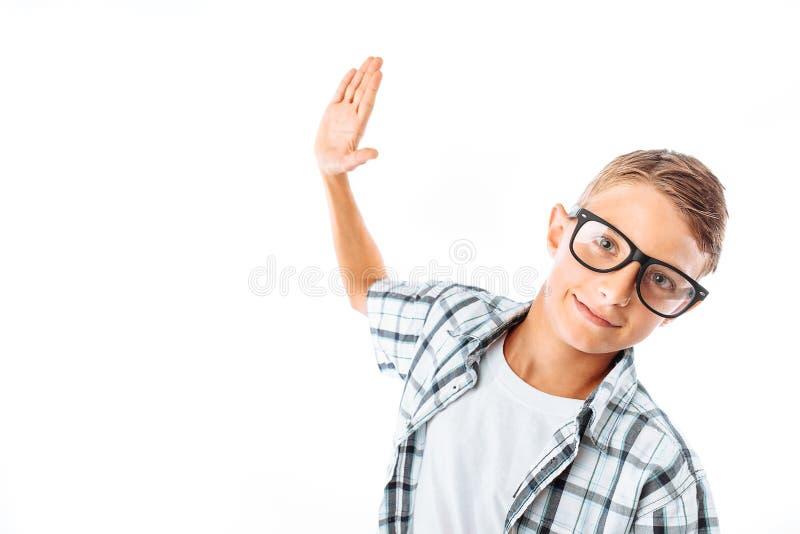 Jeune homme bel en verres balançant sa main pour donner cinq, ballot dans le studio sur le fond blanc photos libres de droits