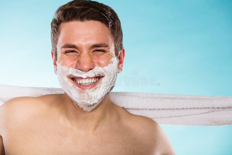 Jeune homme bel heureux avec la mousse de crème à raser images libres de droits