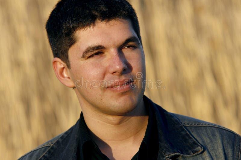 Jeune homme bel observant dans la distance images libres de droits