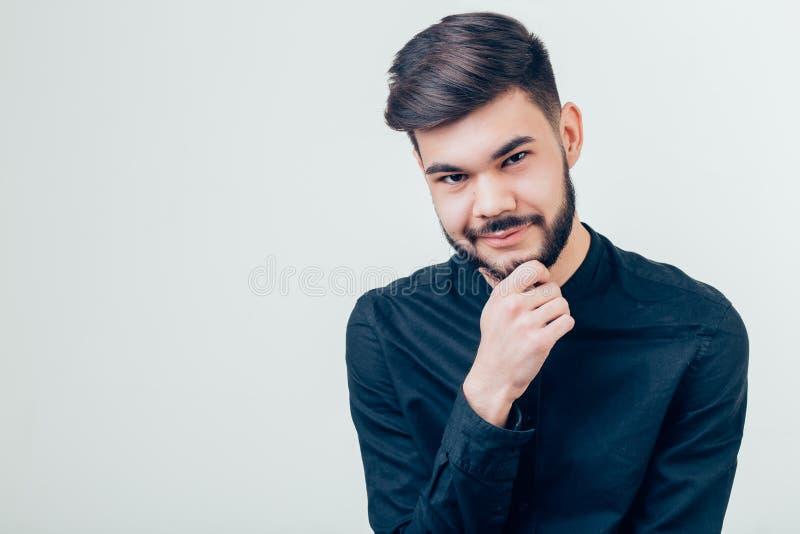 Jeune homme bel regardant l'appareil-photo Portrait de jeune homme riant image stock