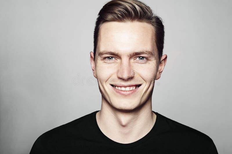 Jeune homme bel souriant à vous photos libres de droits