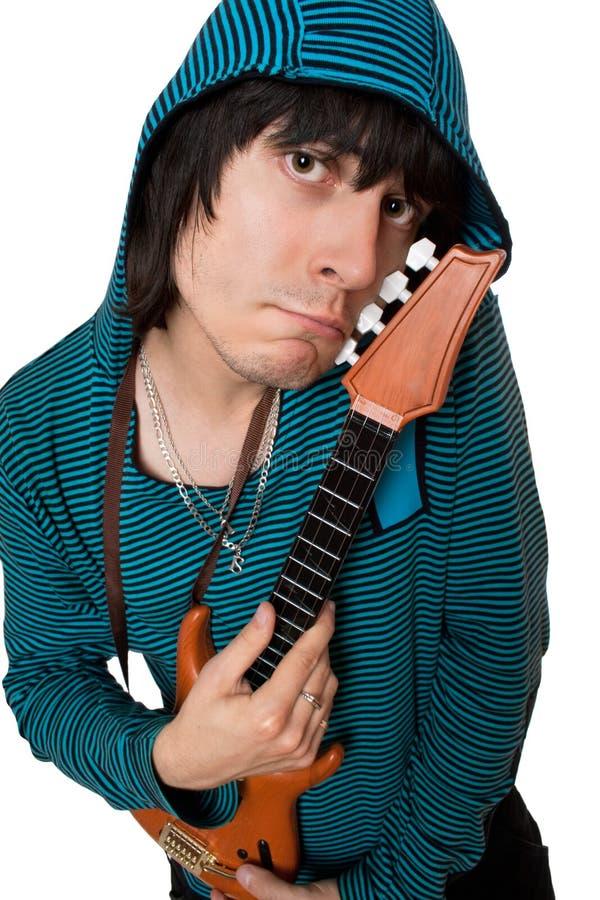 Jeune homme bizarre avec une petite guitare. D'isolement photographie stock