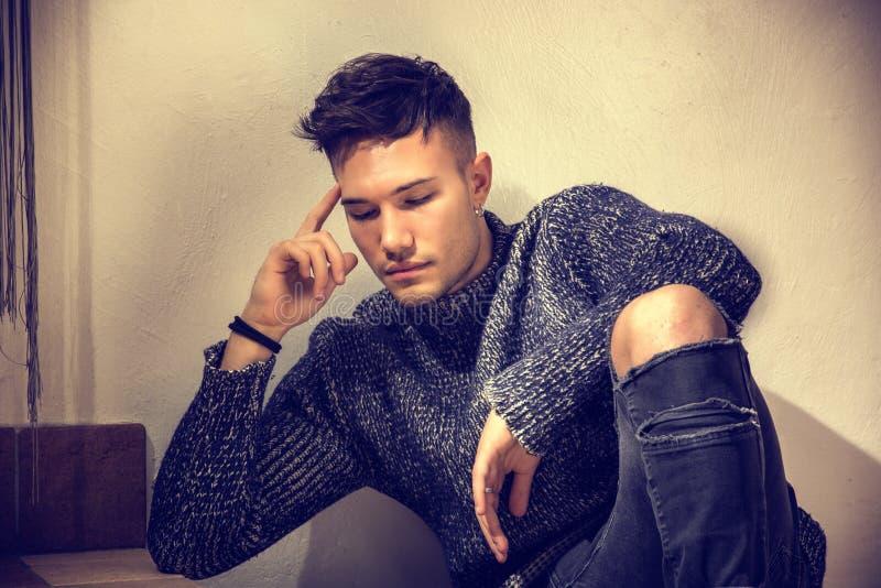 Jeune homme blanc asiatique beau utilisant le chandail gris photo libre de droits