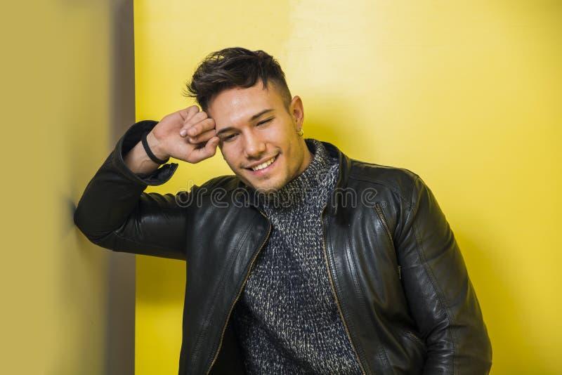 Jeune homme blanc asiatique de sourire dans la veste en cuir noire images libres de droits