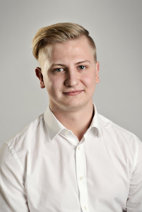 Jeune homme blond et souriant images stock