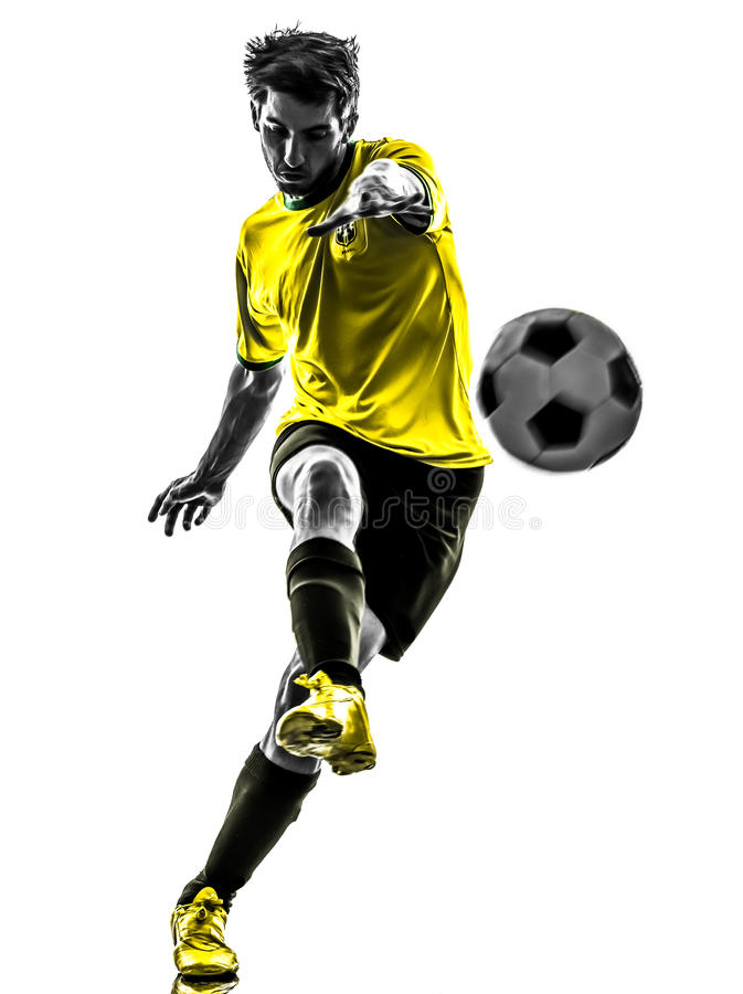 Jeune homme brésilien de joueur de football du football donnant un coup de pied la silhouette photographie stock