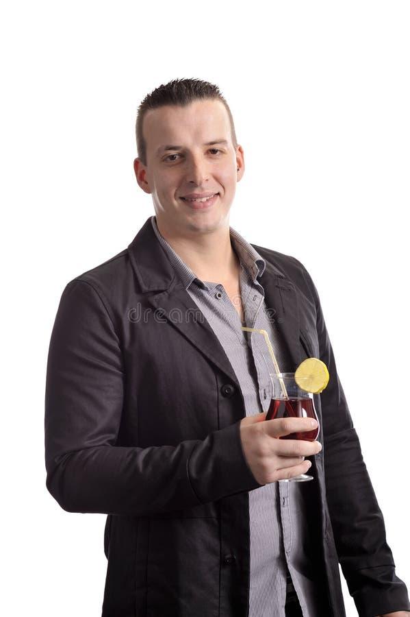 Jeune homme buvant un cocktail photographie stock libre de droits