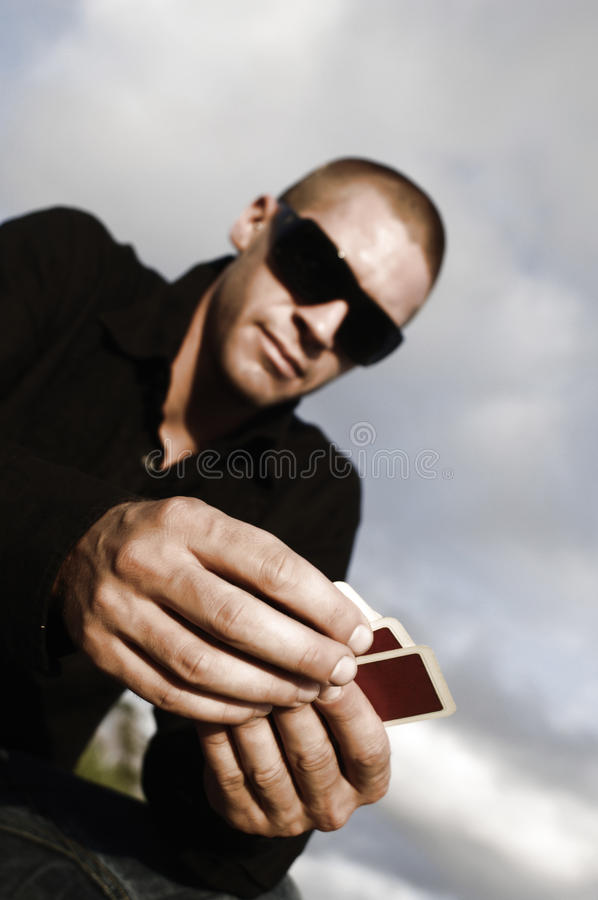 Jeune homme caucasien avec des cartes dehors images stock