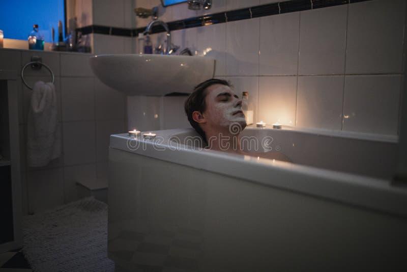 Jeune homme choyant à Bath photo stock