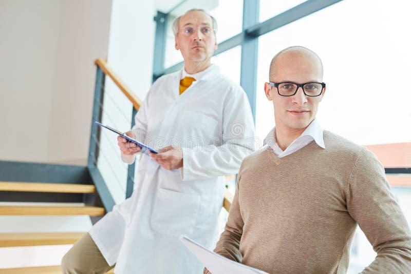 Jeune homme comme docteur avec le chef photos stock