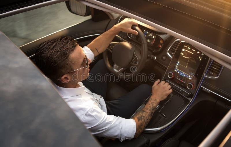Jeune homme conduisant la voiture moderne photo libre de droits