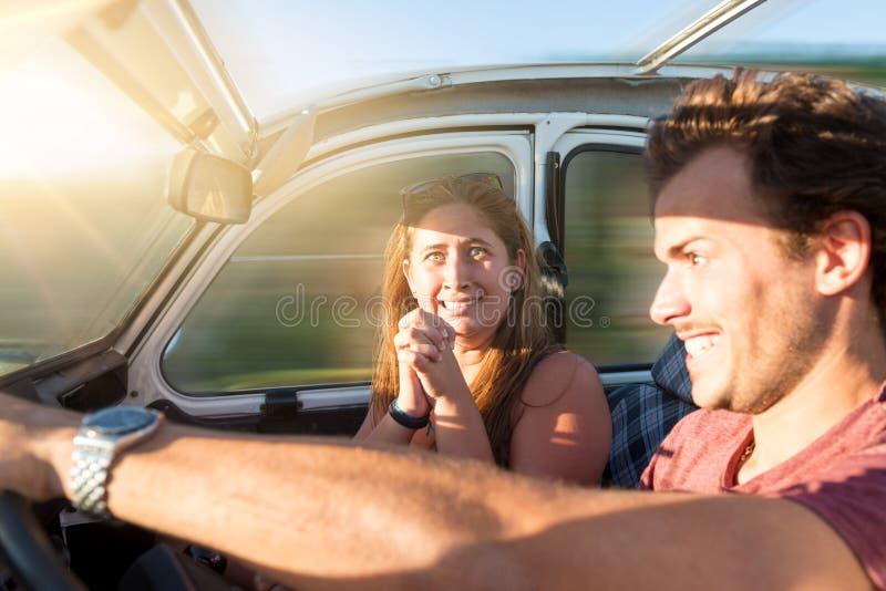 Jeune homme conduisant rapidement photo stock