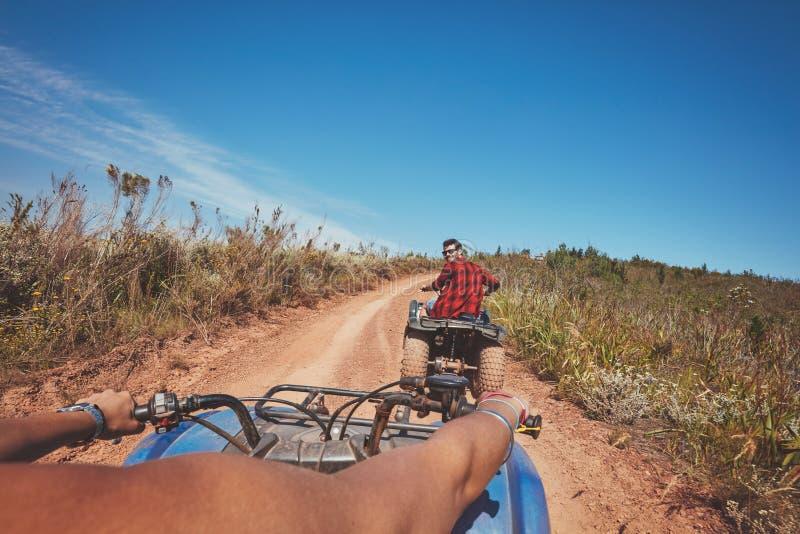 Jeune homme conduisant tout le véhicule de terrain en nature images stock