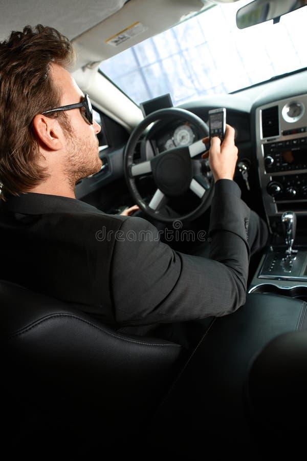 Jeune homme conduisant une limousine image libre de droits