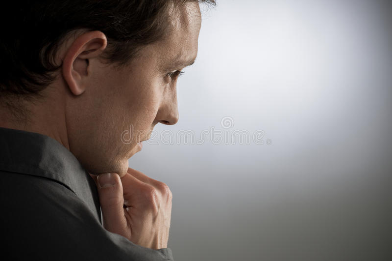 Jeune homme contemplé image stock
