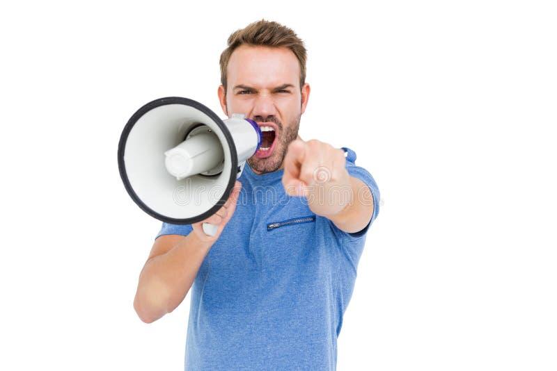 Jeune homme criant sur le haut-parleur de klaxon photo libre de droits