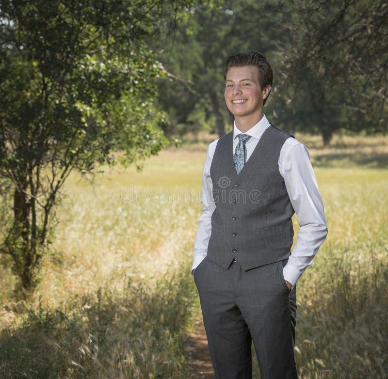 Jeune homme décontracté sûr dehors dans le costume et le lien photographie stock libre de droits