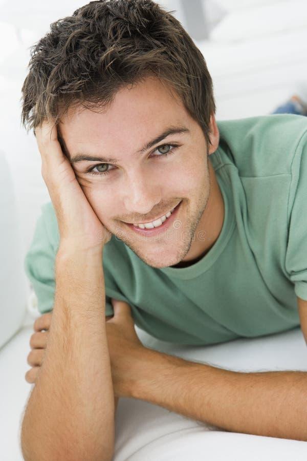 Jeune homme détendant à la maison photo libre de droits