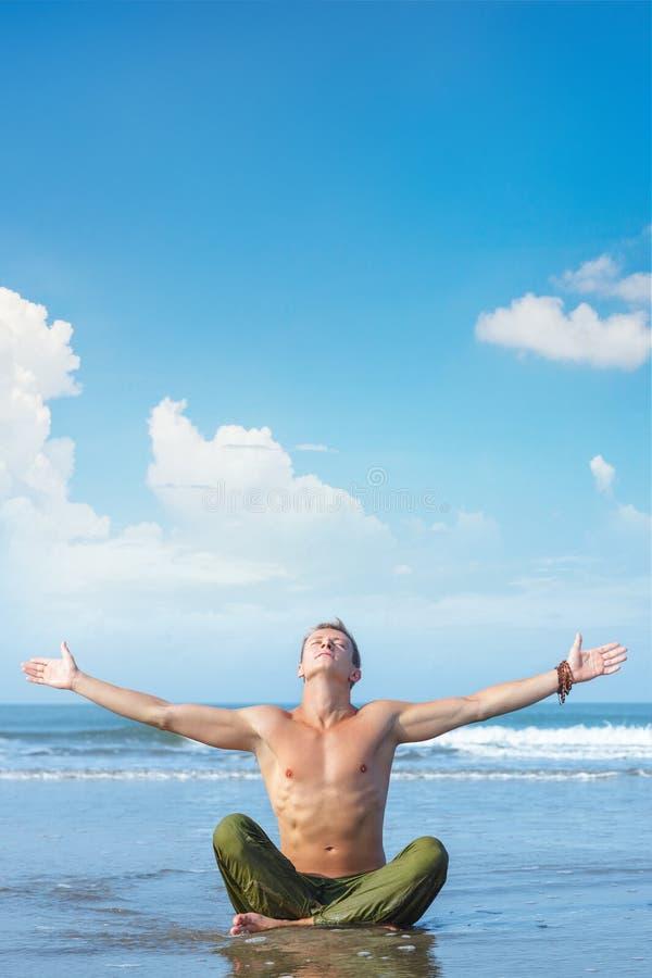 Jeune homme détendant sur la plage tropicale images stock
