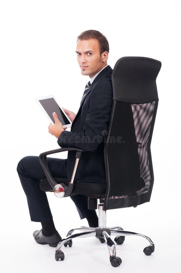 Jeune homme d'affaires à l'aide d'un dispositif d'écran tactile photographie stock