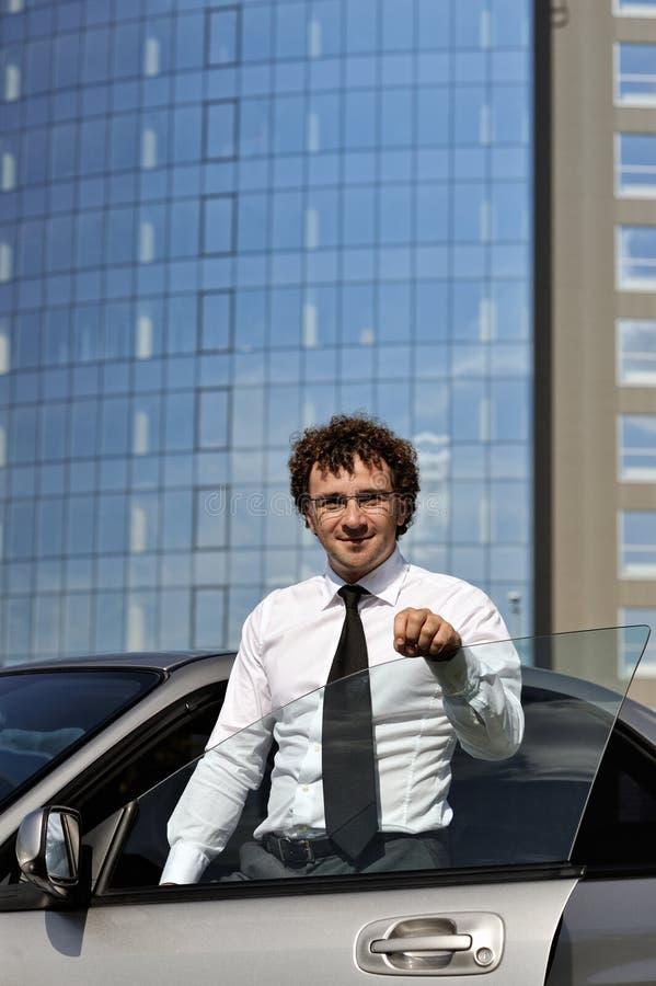 Jeune homme d'affaires à l'extérieur photo stock