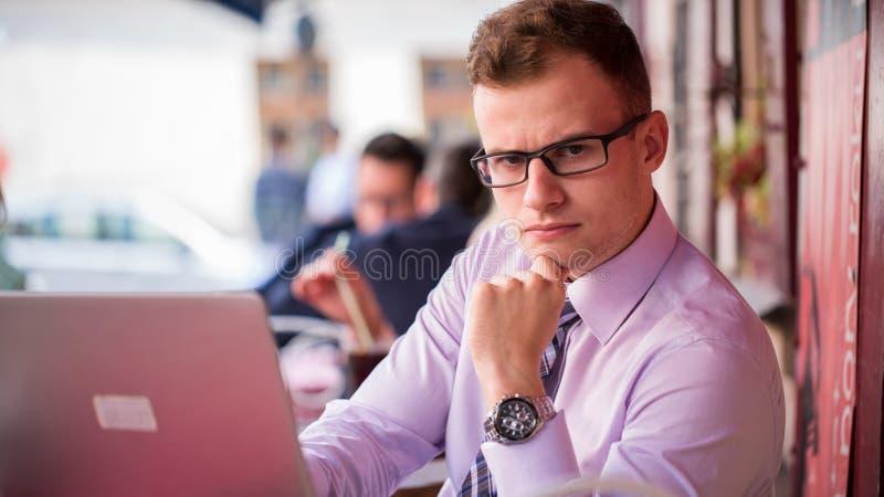 Jeune homme d'affaires à la mode dans une chemise et un portrait de lien. Il est travail images libres de droits