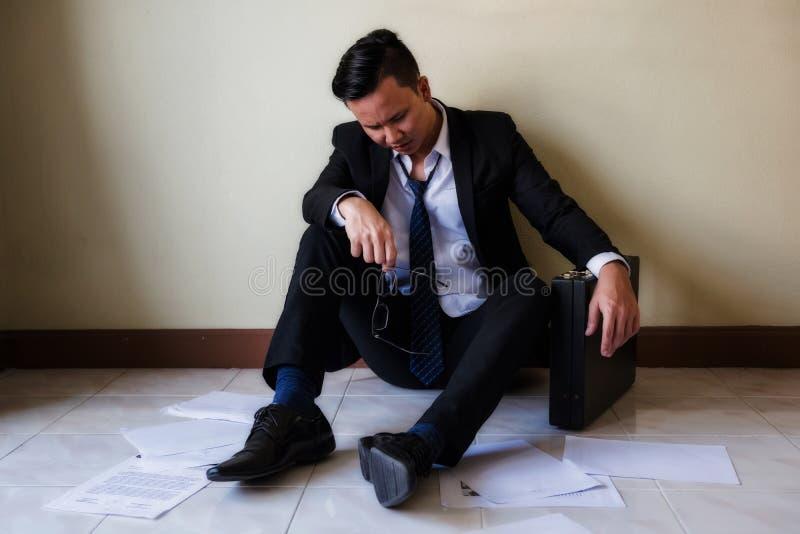 Jeune homme d'affaires échoué dans le bureau images stock