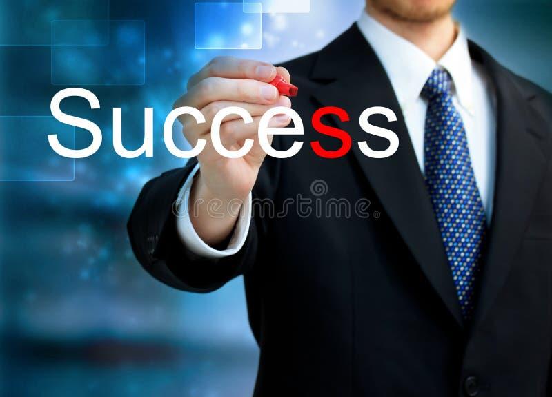 Jeune homme d'affaires écrivant la réussite de mot