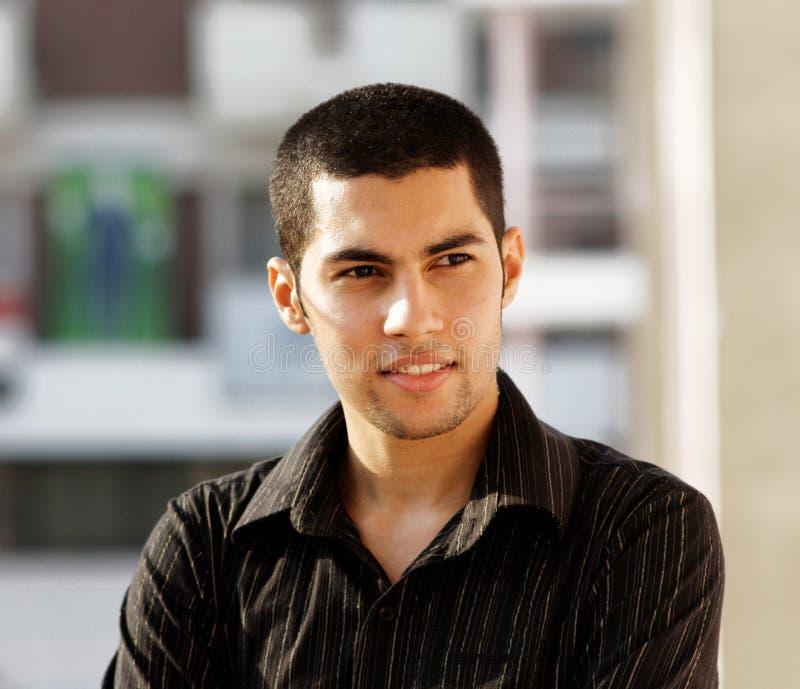 Jeune homme d'affaires égyptien arabe heureux photos stock