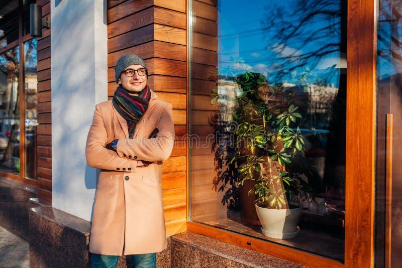 Jeune homme d'affaires élégant attendant une réunion par le café Type beau utilisant les vêtements et les accessoires classiques images libres de droits