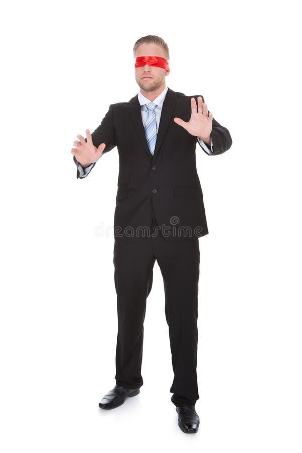 Jeune homme d'affaires élégant utilisant un bandeau rouge images libres de droits