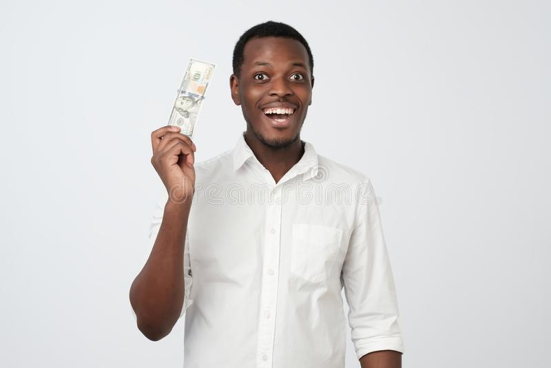 Jeune homme d'affaires adulte d'Africain bel joyeux tenant des dollars photos stock